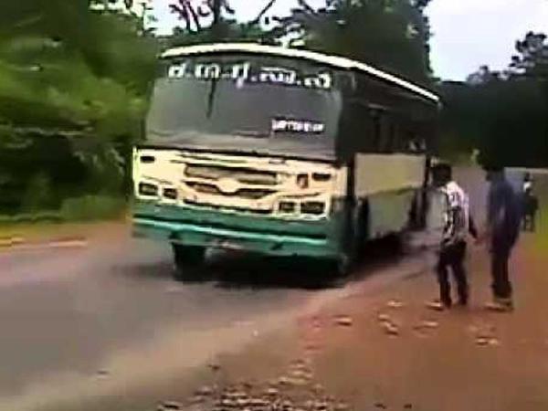 İki yeniyetmə avtobusu dayandırdı, sonra isə... - VİDEO