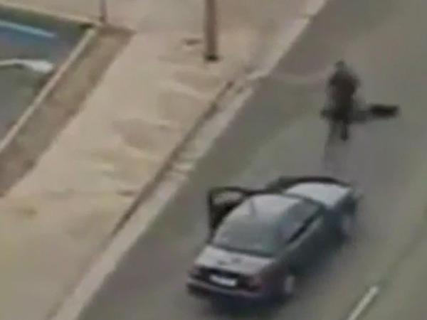 Oğrunu tutmaq üçün polis həmkarını da vurmalı oldu - VİDEO