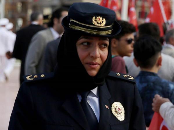 Türkiyədə bir ilk: Hicablı qadın polis... - FOTO