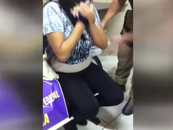 Şübhəli qadını soyunduran polislər gözlərinə inana bilmədilər  - VİDEO
