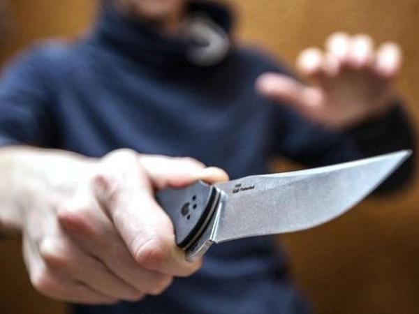Qonaq gəldiyi evdə dayısı oğlunu bıçaqladı
