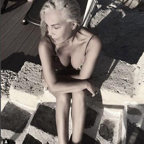 58 yaşlı müğənninin hər kəsi heyran qoyan bikinili FOTOları