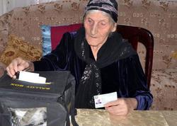 111 yaşlı Gülüstan nənənin evinə daşınan səsvermə qutusu aparılıb
