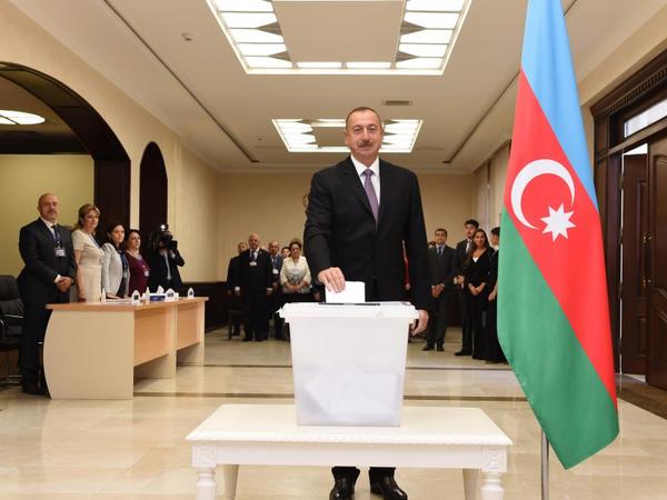 Prezident İlham Əliyev və xanımı referendumda səs veriblər - YENİLƏNİB - VİDEO - FOTO