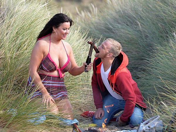 Yarıçılpaq soyundu, sevgilisini kolbasa ilə yemlədi - FOTO