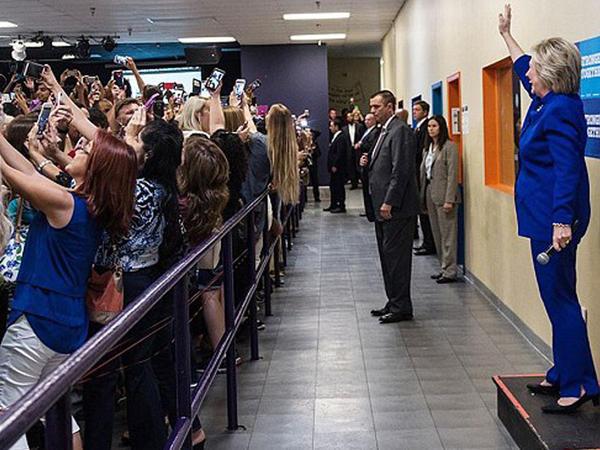 Hamı selfi çəkdi, Klinton pərt oldu - FOTO