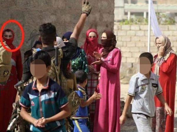 """İŞİD-in """"igid""""i: qadın paltarı geyindi, ənlik-kirşan çəkdi - FOTO"""