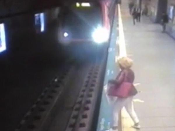 Metroda İNTİHAR - Qadın özünü vaqonun altına atdı - VİDEO (+18)