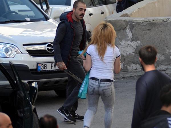 Məhkum 18 avtomobili əzdi: sevgilsini götürüb qaçdı - FOTO