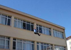 Müəllim şagirdlərin gözü qarşısında özünü binadan atdı - FOTO