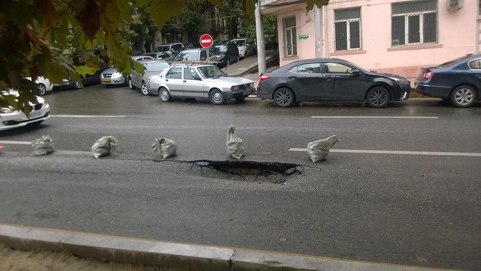 Bakıda yağışdan sonra yol çökdü - FOTO