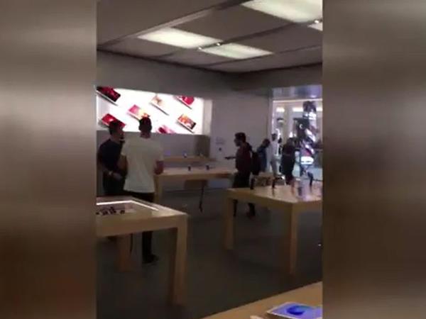 Telefon mağazasına girib iPhone-ları daşladı - VİDEO