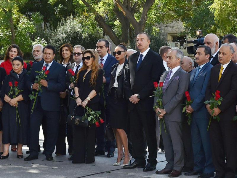 Prezident İlham Əliyev və xanımı Rəşid Behbudovun heykəlinin açılışında işt ...