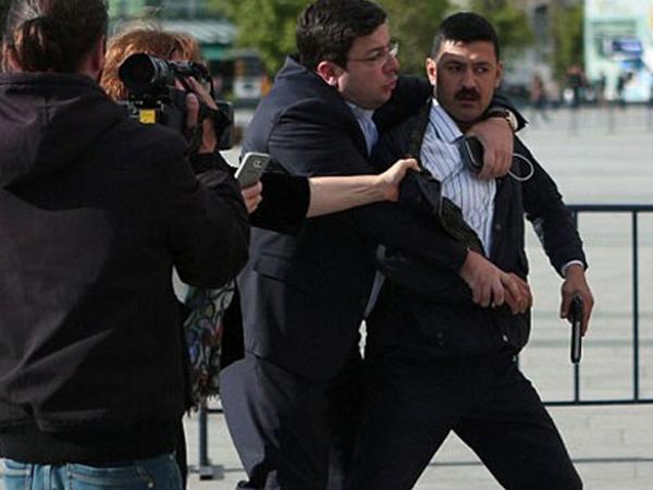 Məşhur jurnalisti öldürmək istəyən şəxs azadlığa çıxdı - FOTO