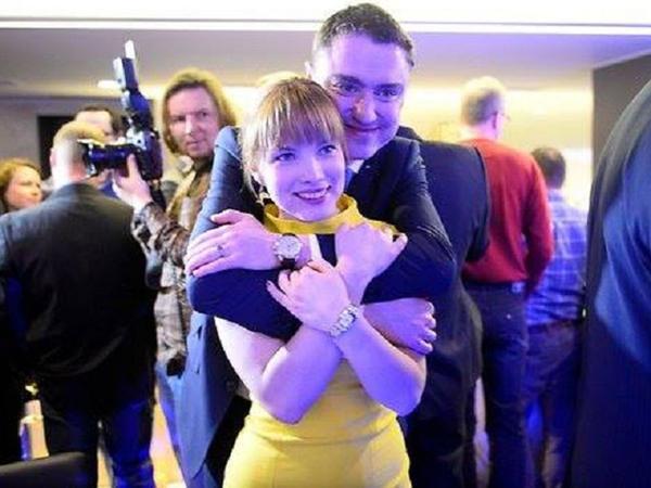 Baş nazir 29 yaşlı müğənni ilə evlənir - FOTO
