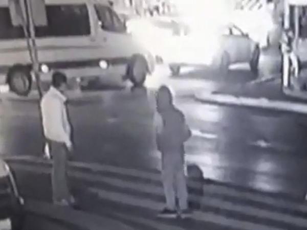 Terrorçunun bombanı partlatdığı an - VİDEO