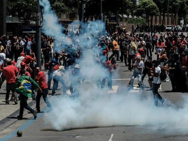 Rioda etiraz aksiyası polis ilə qarşıdurmaya çevrildi