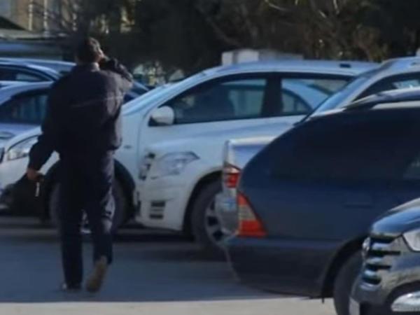 Bakıda yolun ortasını dayanacağa çevirib pul yığırlar - VİDEO