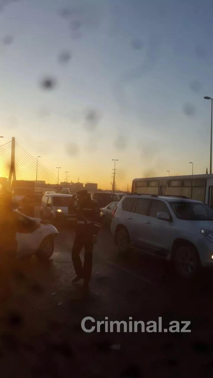 Bakıda avtobus dayanacağa çırpıldı: ölən və yaralanan var - YENİLƏNİB - FOTO
