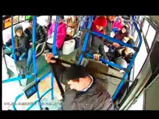 Bakıda yol verməmək üstündə avtobus sürücüsünü döydülər - VİDEO