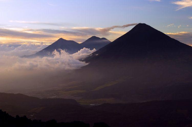 Vulkana qalxan 6 turist donaraq ölüb