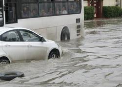 Bakıya qısa müddət yağış yağdı: yollar gölə döndü - VİDEO