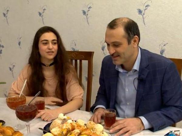 Əməkdar artist efirə ailəsi ilə çıxdı - VİDEO