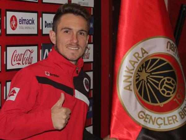 Futbolçu yeni klubu ilə müqaviləni xəstəxanada imzaladı - FOTO