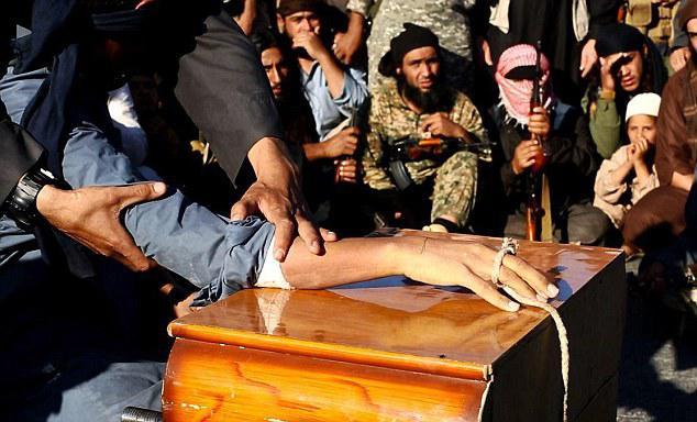 İŞİD vəhşiliyi: 10 və 12 yaşlı iki uşağın əllərini ailələrinin gözü qarşısında kəsdilər - FOTO