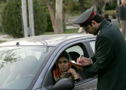 İsveçli qadın rəsmilərin də İranda başlarını bağlaması...
