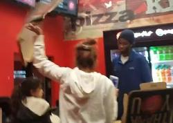 Restoranında dava: müştəri pizzanı satıcının üzünə çırpıb, yerə atdı - VİDEO - FOTO