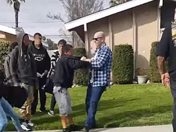 """ABŞ-da daha bir polis vəhşiliyi: <span class=""""color_red""""> 13 yaşlı oğlanı vurmaq istədi - VİDEO - FOTO</span>"""