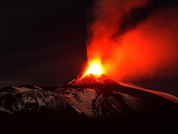 İtaliyada vulkan püskürdü - VİDEO