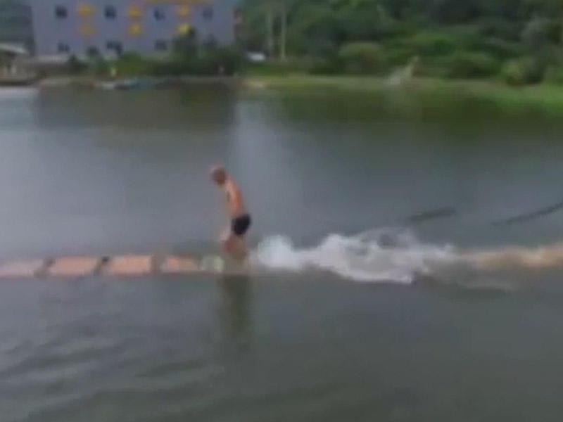Dünyanın danışdığı adam - Suyun üstü ilə qaçır - VİDEO