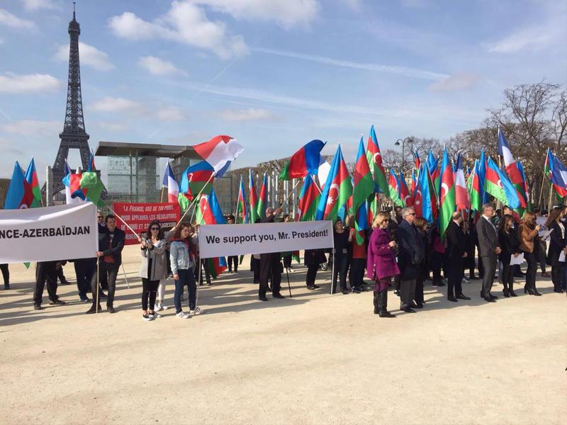 Parisdə Prezident İlham Əliyevə dəstək aksiyası keçirilib