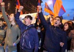 """Yerevanda polis oturaq tətili dağıtmağa başladı - <span class=""""color_red"""">YENİLƏNİB - FOTO</span>"""