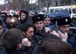"""İrəvanda ara qarışdı: <span class=""""color_red"""">etirazçılarla polis toqquşdu - FOTO</span>"""