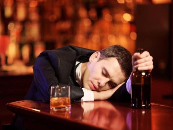 Spirtli içki qəbul edənlərin dərisi yaşlananda necə olur?