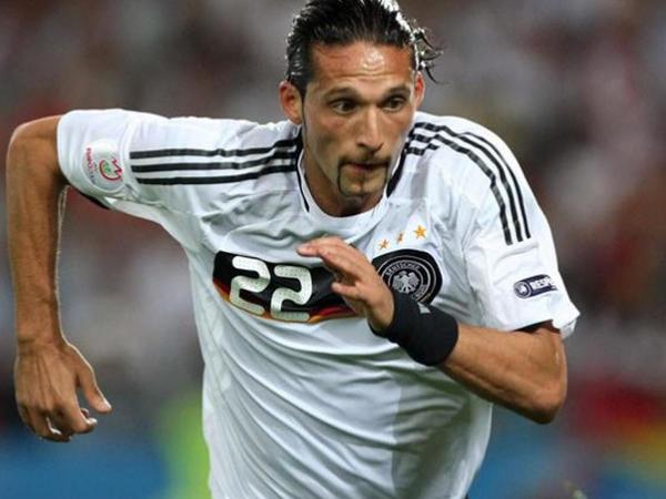 Məşhur futbolçu karyerasını başa vurdu