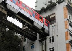 Metro qatarı binanın içindən keçir - VİDEO - FOTO