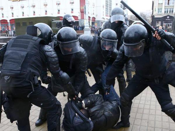 Minskdə kütləvi həbslər olub - FOTO