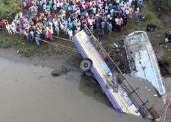 "Avtobus çaya aşdı: <span class=""color_red"">10 ölü, 25 yaralı</span>"
