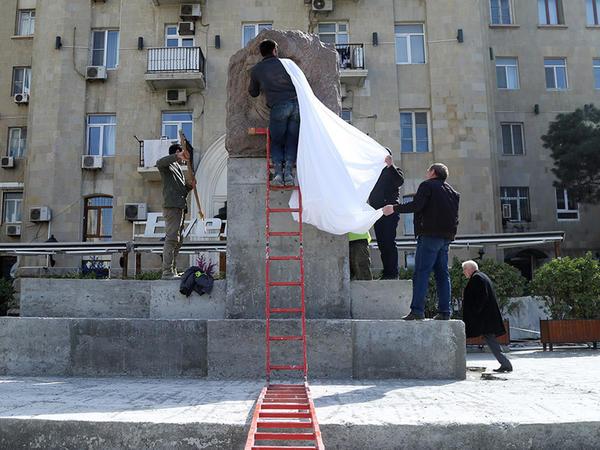 Müşfiqin heykəli yerinə qoyuldu - YENİLƏNİB - VİDEO - FOTO