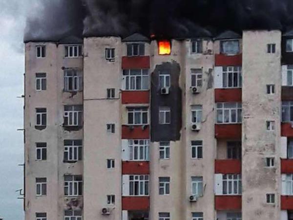 """BDU müəllimlərinin yaşadığı binada yanğın söndürüldü - <span class=""""color_red"""">YENİLƏNİB - FOTO - VİDEO</span>"""
