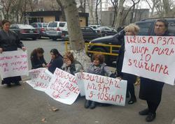 Ermənistanda siyasi məhbusların yaxınları aksiya keçirirlər