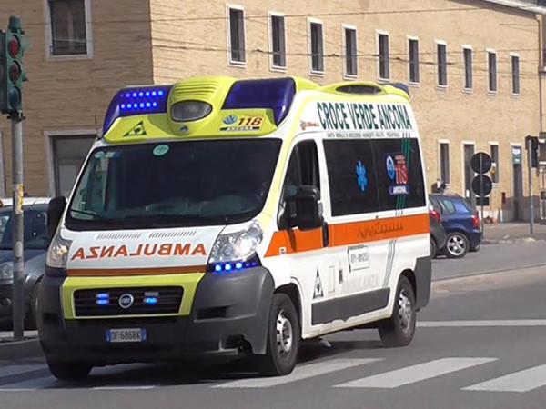 """Avtobus avtomobil daşıyan maşınla toqquşdu - <span class=""""color_red"""">16 turist yaralanıb</span>"""