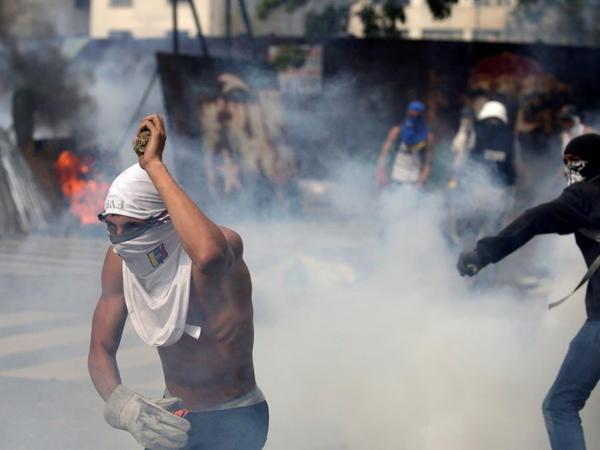Venesuelada etiraz aksiyaları: 2 ölü