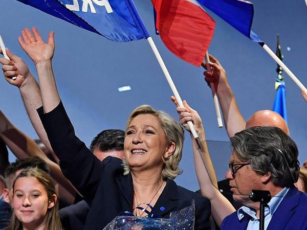"Le Pen qalib gəlir - <span class=""color_red"">Fransada prezident seçkiləri - FOTO</span>"