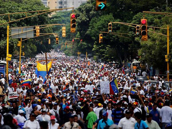 """Venesuela qaynayır: <span class=""""color_red"""">müxalifət ağ geyindi - FOTO</span>"""