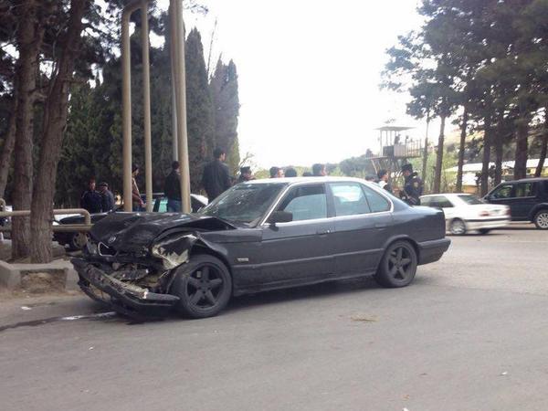 "Bakıda ""BMW"" qaydaları pozdu: ""Mercedes"" ona çırpıldı - FOTO"